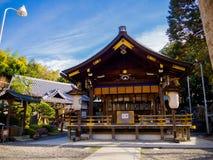 HAKONE JAPAN - JULI 02, 2017: Scenisk sikt av härligt av Sakura i majestätiska Kiyomizu-dera, en berömd buddistisk tempel in Arkivfoto