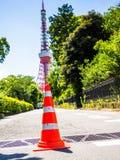 HAKONE JAPAN - JULI 02, 2017: Stäng sig upp av en orange kotte i gatorna med ett enormt rött torn bakom, på den Hakone staden Arkivbilder