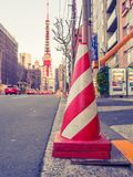 HAKONE JAPAN - JULI 02, 2017: Stäng sig upp av en orange kotte i gatorna med ett enormt rött torn bakom, på den Hakone staden Fotografering för Bildbyråer
