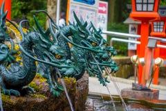 HAKONE JAPAN - JULI 02, 2017: Stäng sig upp av en springbrunn med en bronsdrake i Japan Royaltyfria Foton