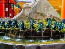 HAKONE JAPAN - JULI 02, 2017: Stäng sig upp av en springbrunn med en bronsdrake i Japan Arkivbild