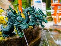 HAKONE JAPAN - JULI 02, 2017: Stäng sig upp av en springbrunn med en bronsdrake i Japan Royaltyfri Foto