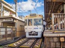 HAKONE JAPAN - JULI 02, 2017: Hakone-Yumoto station som tjänar som som tillträdespunkten in i den Hakone bergsemesterorten Royaltyfri Fotografi