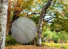 HAKONE, JAPAN - 5. NOVEMBER 2017: Ansicht der Skulptur in Form eines Balls von Stückchen Kopieren Sie Raum für Text Stockfoto