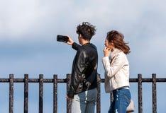 HAKONE, JAPAN - 5. NOVEMBER 2017: Junge Paare, die selfie auf einem Hintergrund von Bergen tun Kopieren Sie Raum für Text Lizenzfreie Stockfotografie