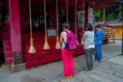 HAKONE, JAPAN - 21. SEPTEMBER: Nicht identifizierte Leute stoppen, um am Hakone-Schreintempel in Hakone, Japan zu beten Lizenzfreie Stockfotos