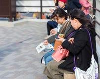 HAKONE, JAPON - 5 NOVEMBRE 2017 : Les gens en oeufs propres de noir de poulet Copiez l'espace pour le texte photos stock
