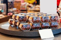 HAKONE, JAPON - 5 NOVEMBRE 2017 : Oeufs dans des boîtes sur le compteur dans le magasin Vue pour le texte Photo stock