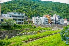 HAKONE JAPONIA, LIPIEC, - 02, 2017: Ładny widok rzeka przy Hakone miasteczkiem z niektóre budynkami behind Obraz Royalty Free