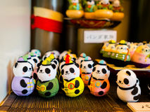 HAKONE JAPONIA, LIPIEC, - 02, 2017: Japońska tradycyjna panda bawi się na zamazany tło produkujących produktach selekcyjny Obrazy Royalty Free