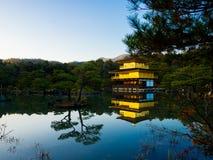 HAKONE JAPONIA, LIPIEC, - 02, 2017: Natury oświetlenie przy Kinkakuji świątynią, Złotym pawilonem i swój otaczającym pięknym park Zdjęcie Royalty Free