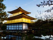 HAKONE JAPONIA, LIPIEC, - 02, 2017: Natury oświetlenie przy Kinkakuji świątynią, Złotym pawilonem i swój otaczającym pięknym park Zdjęcia Royalty Free