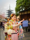 HAKONE JAPONIA, LIPIEC, - 02, 2017: Niezidentyfikowane kobiety jest ubranym odprowadzenie w Higashiyama okręgu z wiśnią i kymono Zdjęcia Stock