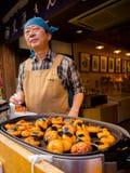 HAKONE JAPONIA, LIPIEC, - 02, 2017: Niezidentyfikowanego Japońskiego mężczyzna kulinarny jedzenie przy ulicą, opierającą się na m Zdjęcie Royalty Free