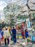 HAKONE JAPONIA, LIPIEC, - 02, 2017: Niezidentyfikowani ludzie chodzi kupienia jedzenie w parku i cieszy się widok w han parku Obrazy Royalty Free