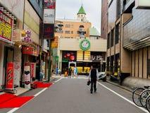 HAKONE JAPONIA, LIPIEC, - 02, 2017: Niezidentyfikowani ludzie chodzi przy ulicami przy Hakone miasteczkiem Obraz Stock