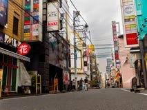 HAKONE JAPONIA, LIPIEC, - 02, 2017: Niezidentyfikowani ludzie chodzi przy ulicami przy Hakone miasteczkiem Zdjęcia Stock