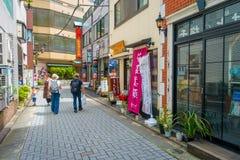 HAKONE JAPONIA, LIPIEC, - 02, 2017: Niezidentyfikowani ludzie chodzi przy ulicami przy Hakone miasteczkiem Fotografia Stock