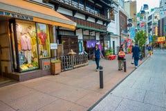 HAKONE JAPONIA, LIPIEC, - 02, 2017: Niezidentyfikowani ludzie chodzi przy ulicami przy Hakone miasteczkiem Zdjęcie Stock