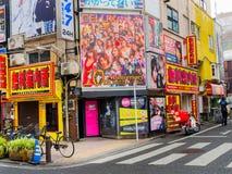 HAKONE JAPONIA, LIPIEC, - 02, 2017: Niezidentyfikowani ludzie chodzi przy ulicami przy Hakone miasteczkiem Obrazy Royalty Free