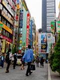 HAKONE JAPONIA, LIPIEC, - 02, 2017: Niezidentyfikowani ludzie chodzi przy ulicami przy Hakone miasteczkiem Fotografia Royalty Free