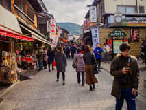 HAKONE JAPONIA, LIPIEC, - 02, 2017: Niezidentyfikowani ludzie chodzi widok miasto w Kyoto i cieszy się Zdjęcia Stock