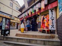 HAKONE JAPONIA, LIPIEC, - 02, 2017: Niezidentyfikowani ludzie chodzi widok miasto w Kyoto i cieszy się Obrazy Stock