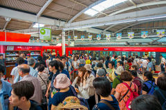HAKONE JAPONIA, LIPIEC, - 02, 2017: Niezidentyfikowani ludzie przy wnętrzem pociąg podczas dżdżystego i chmurnego dnia Zdjęcia Royalty Free