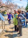 HAKONE JAPONIA, LIPIEC, - 02, 2017: Niezidentyfikowani ludzie w parku i cieszyć się widok w han parku podczas czereśniowego okwit Fotografia Royalty Free