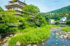 HAKONE JAPONIA, LIPIEC, - 02, 2017: Ogromny budynek blisko rzeka w Hakone Obrazy Royalty Free