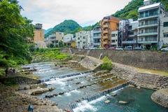 HAKONE JAPONIA, LIPIEC, - 02, 2017: Piękny widok rzeka z Hakone miasteczka tłem Fotografia Royalty Free