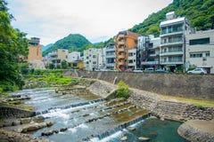 HAKONE JAPONIA, LIPIEC, - 02, 2017: Piękny widok rzeka z Hakone miasteczka tłem Zdjęcia Stock