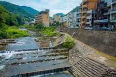 HAKONE JAPONIA, LIPIEC, - 02, 2017: Piękny widok rzeka z Hakone miasteczka tłem Zdjęcie Royalty Free