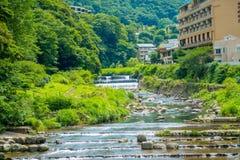 HAKONE JAPONIA, LIPIEC, - 02, 2017: Piękny widok rzeka przy Hakone miasteczkiem Zdjęcie Stock