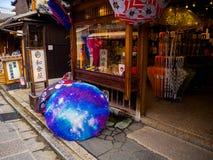 HAKONE JAPONIA, LIPIEC, - 02, 2017: Starzy domy lokalizować w miasteczku Kyoto Obrazy Royalty Free