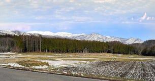 Hakuba-Gebirgszug vom Ackerland des flachen Dorfs Stockfotos