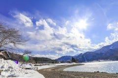 Hakubabergketen en Meer in de winter met sneeuw op m Stock Foto's