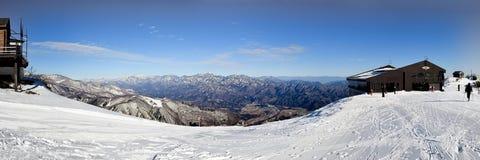 Hakubastad tussen de bergketens wordt genesteld die Royalty-vrije Stock Fotografie