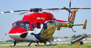HAL Dhruvs nytto- helikopter i livré för Sarang skärmlag Arkivfoton