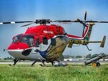 HAL Dhruvs nytto- helikopter i livré för Sarang skärmlag royaltyfri foto