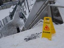Hal golvsignage på järnvägsstationmomenten efter tungt snöfall i Frankrike Royaltyfri Bild