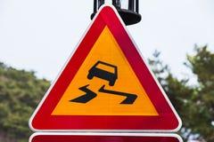 Hal väg, varningstriangelvägmärke Royaltyfri Bild
