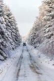 Hal vinterväg med en bil Royaltyfri Foto