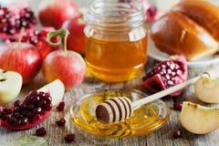 Hala меда, яблока, гранатового дерева и хлеба, таблица установило с традиционной едой на еврейский праздник Нового Года, Rosh Has Стоковая Фотография RF