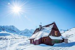 Hala Gasienicowa i Tatra berg under vinter Royaltyfri Bild