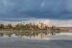 Hala sułtanu Tekke meczet i ogródy, idylliczny widok na brzeg Larnaka słone jeziora, Cypr zdjęcia stock