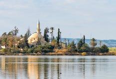 Hala Sultan Tekke Mosque en Larnaca, Chipre Foto de archivo libre de regalías