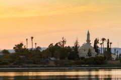 Hala Sultan Tekke på Larnaca den salta sjön i Cypern Royaltyfri Fotografi