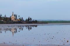 Hala Sultan Tekke sul sale-lago di Larnaca nel paesaggio della Cipro fotografia stock