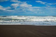 Halaktyr海滩 堪察加 莫斯科 黑暗几乎黑颜色沙子海滩太平洋 石山和 免版税图库摄影